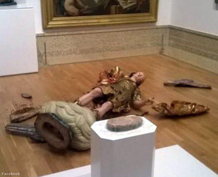 A szobor darabokra tört