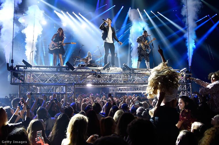 Színpadon a DNCE                         A Banda a plafonról emelkedett le egy állványon az idei Rotterdami MTV EMA-n