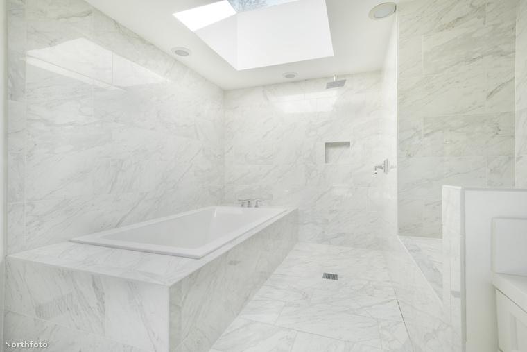 Fürdőszobából egyből három közül is választhat, míg a gondtalan pihenést öt hálószoba szolgálja.