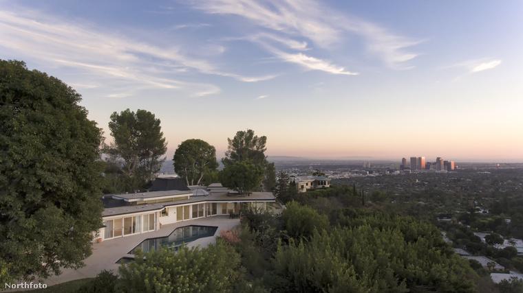 Az 500 négyzetméteres, francia stílusban épült ház Beverly Hills celebek által preferált részén fekszik