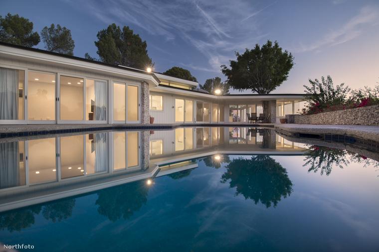 A fotón látható, elképesztő luxust felvonultató Beverly Hills-i ház arról nevezetes, hogy 1967 és 1973 között Elvis Presley és felesége, Priscilla Presley élt a falai között Lisa-Marie nevű lányukkal