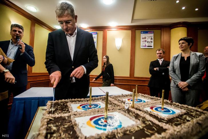 Gyurcsány Ferenc a Demokratikus Koalíció (DK) elnöke felvágja a tortát a párt megalakításának ötödik évfordulóján tartott rendezvényen a fõvárosi Hotel Hungária City Centerben 2016. október 22-én. Mellette felesége Dobrev Klára Varju László a DK alelnöke (j2) és Gréczy Zsolt szóvivõ (b). MTI Fotó: Balogh Zoltán
