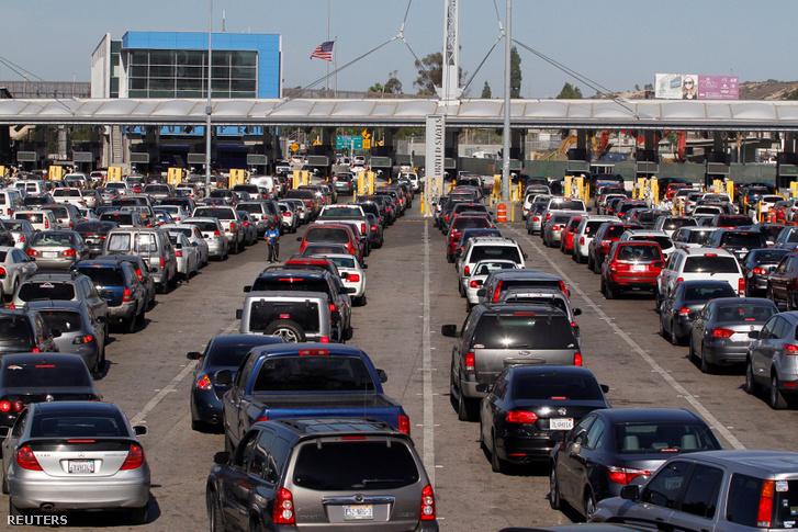 Amerikába tartó autók várakoznak a mexikói határon november 9-én, a választás másnapján.