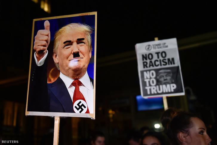 Táblákkal tüntettek november 9-én az amerikai nagykövetség előtt Londonban.