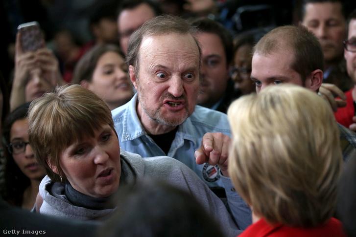 Dühös férfi magyaráz Hillary Clintonnak a kampány egyik januári állomásán, Iowában.