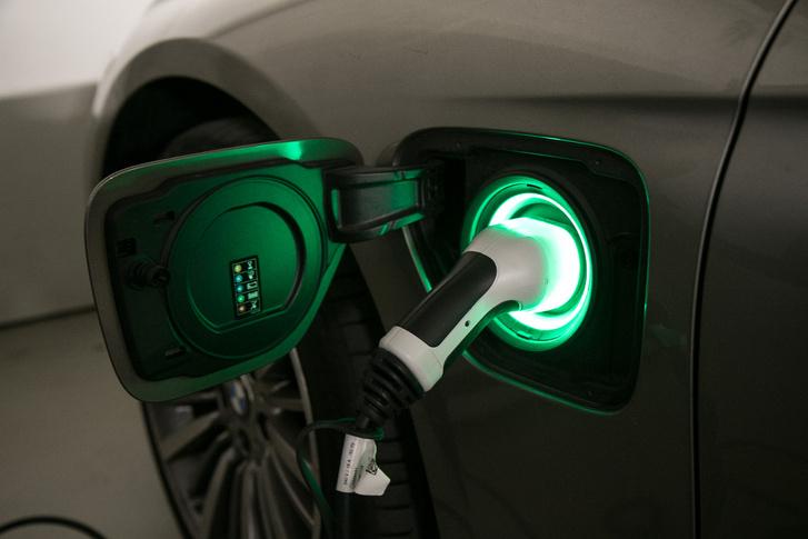 Nagyon hamar feltölthető még sima konnektorról is, mivel az akkuból csak 5,7 kWh-t tudunk kihasználni