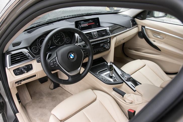 Bár kissé kusza a belső dizájn, a BMW-sek már megszokták, és nem is tudnak élni nélküle