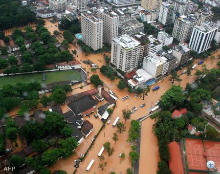 Ezeken a dombos területek 16 millióan élnek. Az árvíz miatt egyébként közlekedési káosz alakult ki Rióban, és számos repülőjáratot is töröltek.