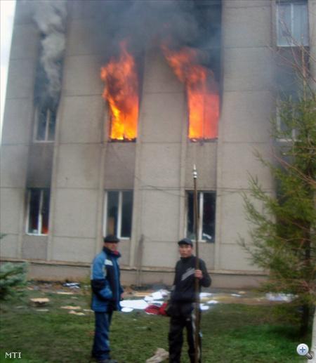 Lángoló rendőrségi épület Talaszban