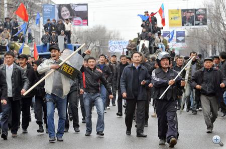 Botokkal és rendőrségi eszközökkel felfegyverkezett tüntetők Biskekben