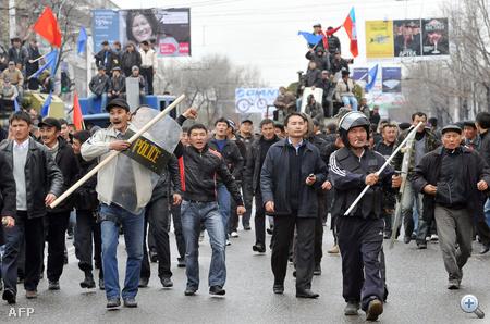 A kirgiz rohamrendőrök eddig legalább 17 ellenzéki tüntetőt öltek meg a kedd óta tartó összecsapásokban. A kormányfő rendkívüli állapotot hirdetett ki.