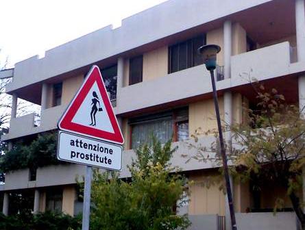 cartello pericolo prostitute