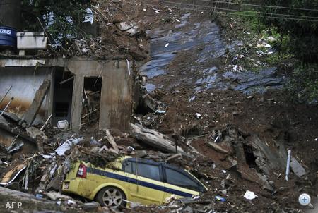 Félig eltemetett taxi Prazeresben, Rió egyik nyomornegyedében.