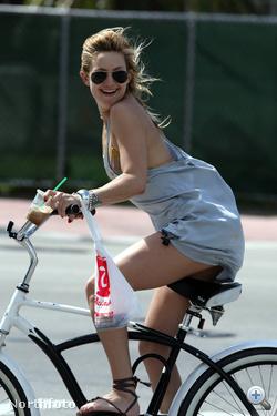 Kate Hudson sönfeledten biciklizik