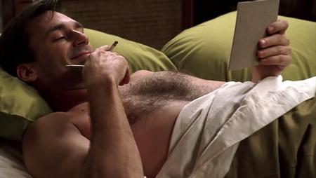 John Hamm a Mad Men - Reklámőrültek című sorozatban láncdohányosként ellenállhatatlan