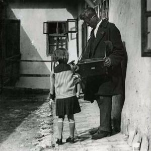Vak kintornás egy tabáni ház udvarán, 1929
