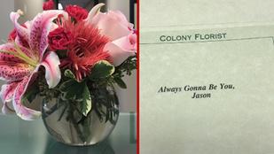 Virágcsokorral kedveskedett feleségének válásuk napján