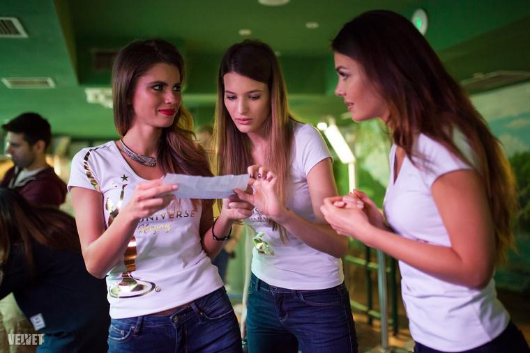 A lányok négyfős csapatokban versenyeztek
