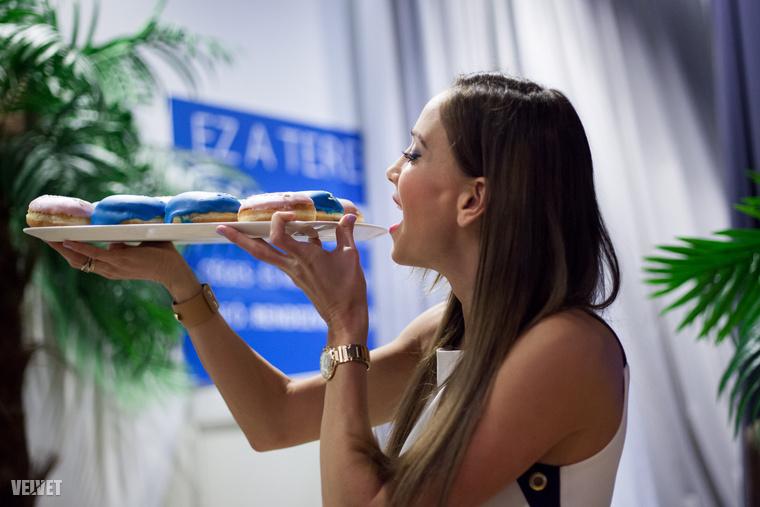 Vajna viszont nem evett, a Velvetnek elmondta, hogy éppen szigorú fehérjediétán  van