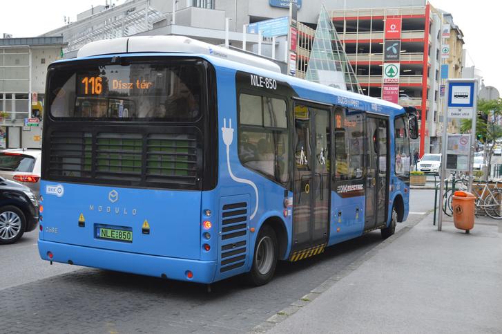 A MODULO C68e a nagy tengelytávja miatt nem jó megoldás a szűk belvárosi utcákban. Nehezen tud beállni a buszmegállóba