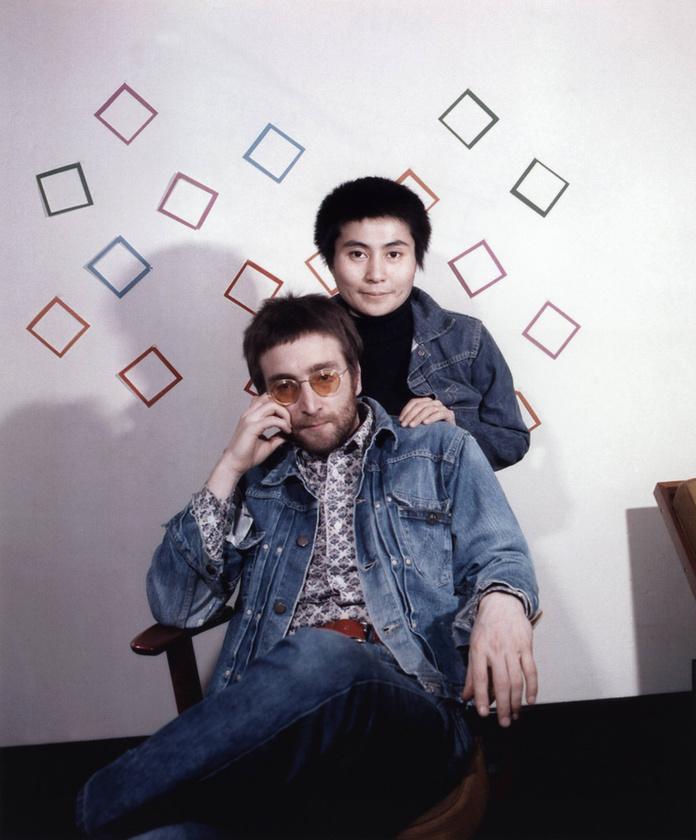 Lennon ráadásul még nős férfi volt, amikor viszonyt kezdett a japán bakárcsaládból származó, de nem éppen kiegyensúlyozott életet élő Yoko Onoval.