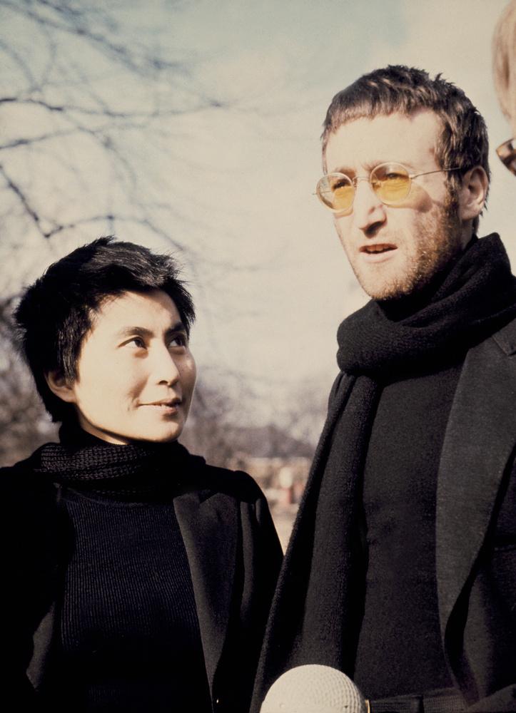 Lennon szponzorálta szerelme kiállításait, és a színpadon is egymásra találtak