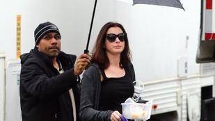 Anne Hathawayt esernyőtartó emberek védelmezik az Ocean's Eight forgatásán