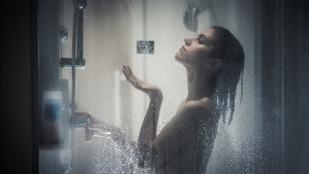 A zuhanyzó fölött volt egy kicsi fekete gömb