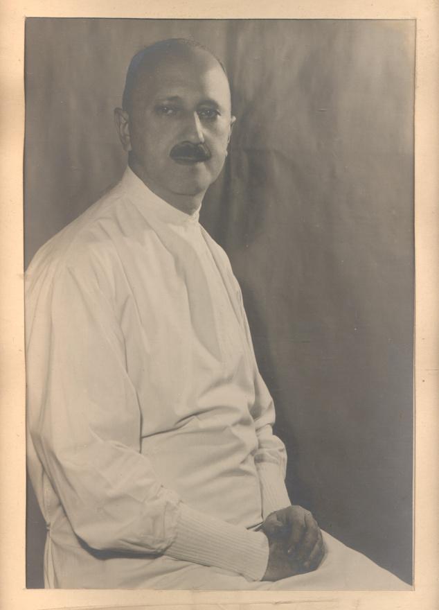 """Steiner a kolozsvári katonai csapatkórház parancsnoka volt, ebben a tisztségében még Zita trónörökösnével is találkozott. Ahogy a Pápai Hírlap 1916. november 11-i számában, vagyis majdnem pontosan 100 évvel ezelőtt olvasható, míg az alig egy hónappal később királlyá koronázott IV. Károly """"polgári személyekkel érintkezett"""", Zita főhercegnő """"a sebesült kórházakat látogatta meg, melegen érdeklődvén az ápoltak sorsa iránt"""".                         Annak ellenére, hogy Steiner a háború előtt általános, majd urólogiai sebésznek készült, és a háború után is főleg azon a területen működött, a háború alatt a kolozsvári Zápolya utcai csapatkórház főorvosa, majd főtörzsorvosa lesz. Rengeteget műt, a Ferenc József-rend hadiékítményes lovagkeresztjével és más érmekkel is kitüntetik.                         Steiner a háború után nem költözik Szegedre a többi orvossal, akik a magyar kórház bezárása után elhagyják Kolozsvárt, inkább magánrendelőt nyit, és ott praktizál tovább.                         1939-ben családjával ugyan áttér a katolikus hitre, a zsidótörvények alól csak 1944-ben mentesítik, ekkor egy évig ő vezeti a sebészeti klinikát, állandóan operál és tanít. A háború után is elismert orvos maradt, 1959-ben, agyvérzésben hunyt el."""
