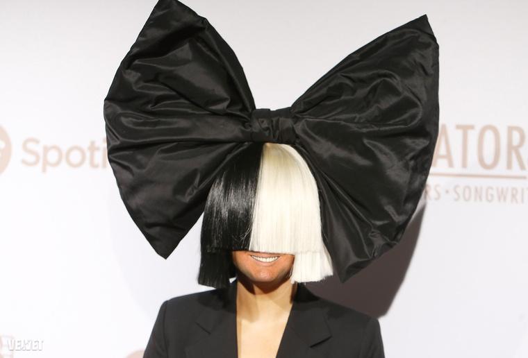 Mondjuk Sia átlagos haja alatt aligha tűnne fel Trump feje