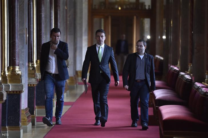 Vona Gábor a Jobbik elnöke érkezik megbeszélésre az alaptörvény módosításának ügyében Orbán Viktor miniszterelnökhöz a Parlamentben 2016. október 18-án. Balra Pál Gábor a párt sajtófőnöke, jobbra helyettese Dobos Zoltán.