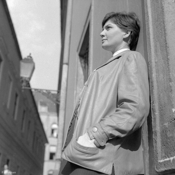 Dárda utca, szemben az Országház utca. Bara Margit színművésznő.