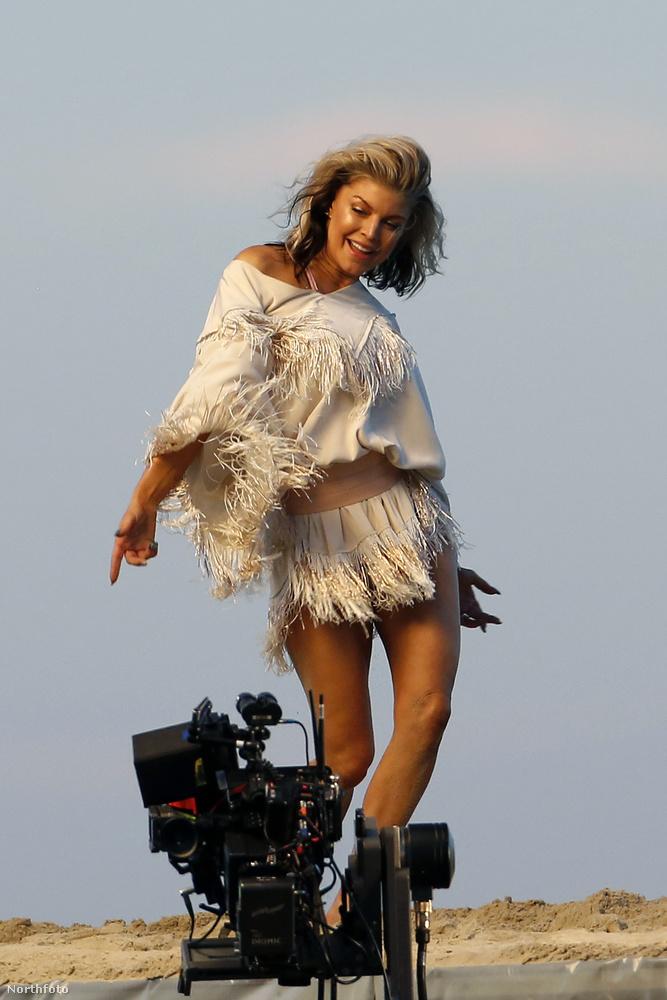 Kardashian azután vált meg Duvier-től, hogy a párizsi divathéten kirabolták, több millió dollárnyi ékszert vittek el tőle, őt a fürdőszobába zárták