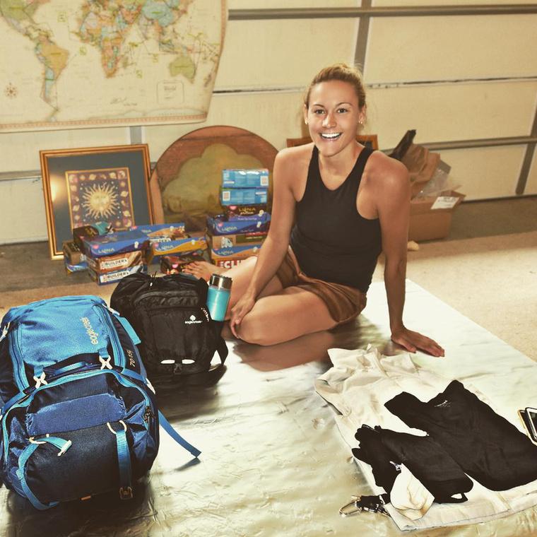 Egy connecticuti lány, a 27 éves Cassandra De Pecol 2015 júliusában indult útnak, hogy a béke nagyköveteként a világ mind a 196 országát - az összes szuverén államot, valamint Tajvant, Koszovót és Palesztinát - bejárja
