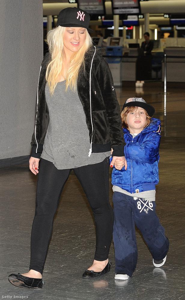 Az énekesnő a laza stílust képviseli, amikor fiát, Max Liron Bratmant sétáltatja