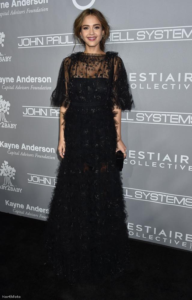 Jessica Alba hollónak öltözött a gálára, amivel láthatóan elégedett volt