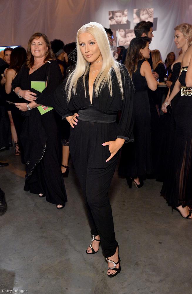 Christina Aguilera nem vitte túlzásba a szerelését, az örök elegáns feketét választotta, és igen jól mutatott benne.