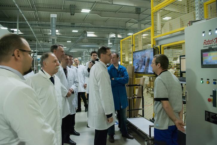 Varga Mihály robotot néz a szemeivel. Nem engedték, hogy lefotózzuk a matricaragasztó robotot.