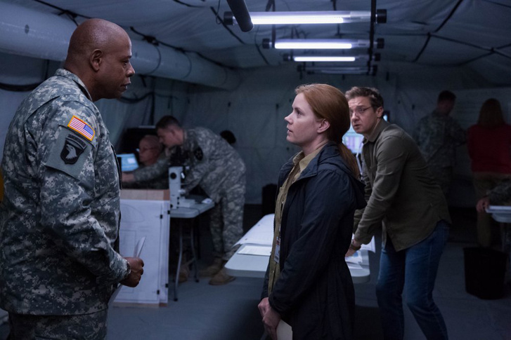 Forest Whitaker, Jeremy Renner és Amy Adams az Érkezés című filmben