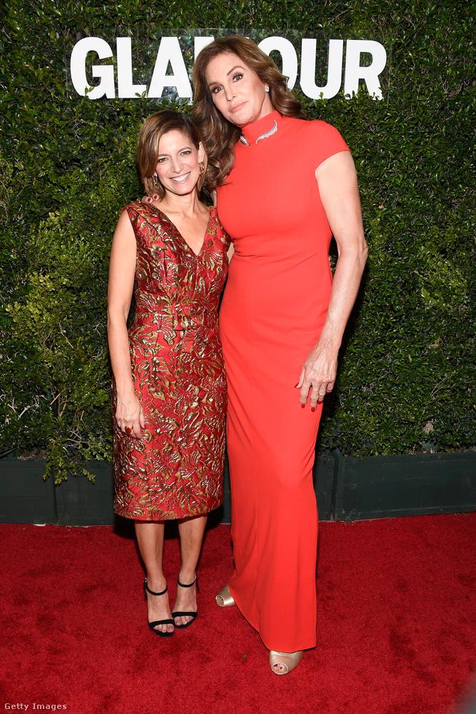 Caitlyn Jenner itt a Glamour főszerekesztőnőjével, Cindi Leive-vel pózol