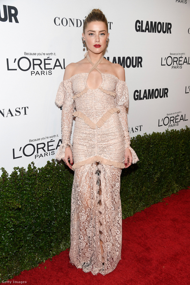 Amber Heard is ott volt, és bár csak a válla van csupaszon, valahogy olyan zseniálisan ravaszul van megcsinálva ez a ruha, mintha az egész fehérnemű lenne