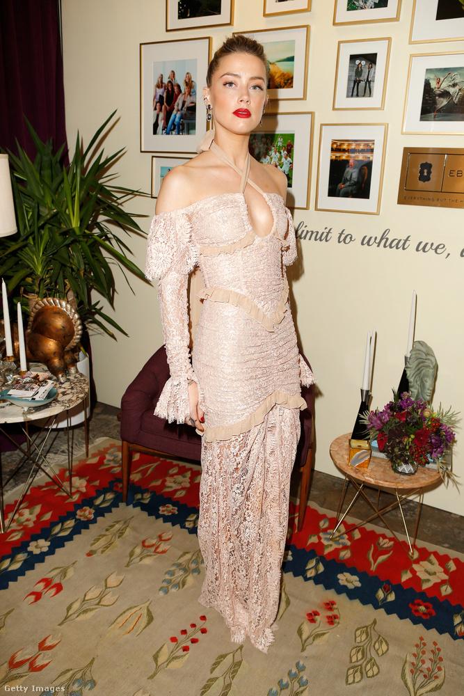 Amber Heardöt az imént már mutattuk, de most megtekintheti még egyszer, az előszobában