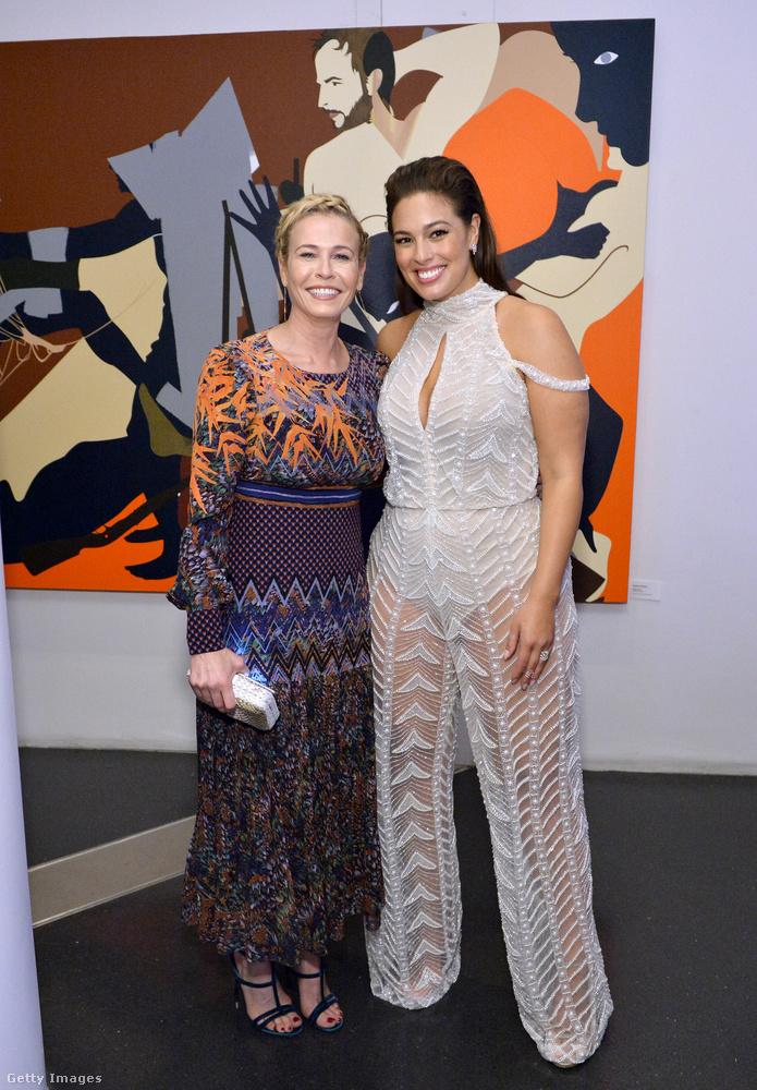 Nem úgy, mint Ashley Grahamet átkaroló Chelsea Handler tévés személyiségnek, aki kifejezetten a ruhájához választott falat a fotózás idejére