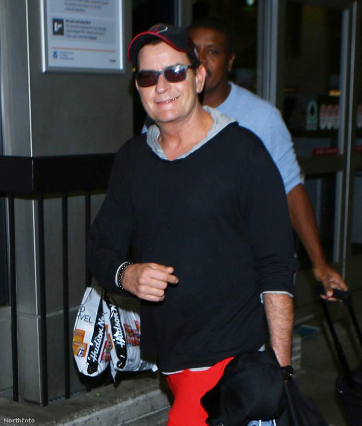 És azt se felejtsük el, hogy Sheen milyen szépen mosolygott