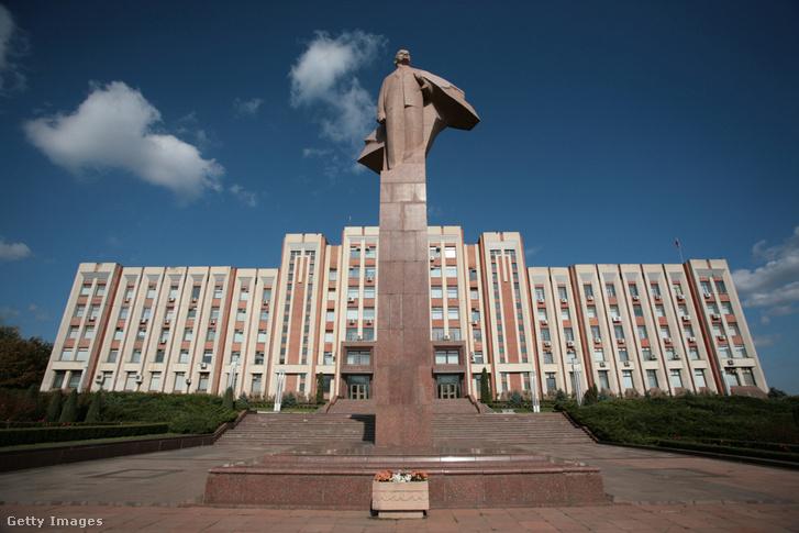 Fővárosa Tiraszpol, ami Moldova második legnagyobb városa is egyben, a maga 133 ezer fős lakosával. A főtéren Lenin szoborral.