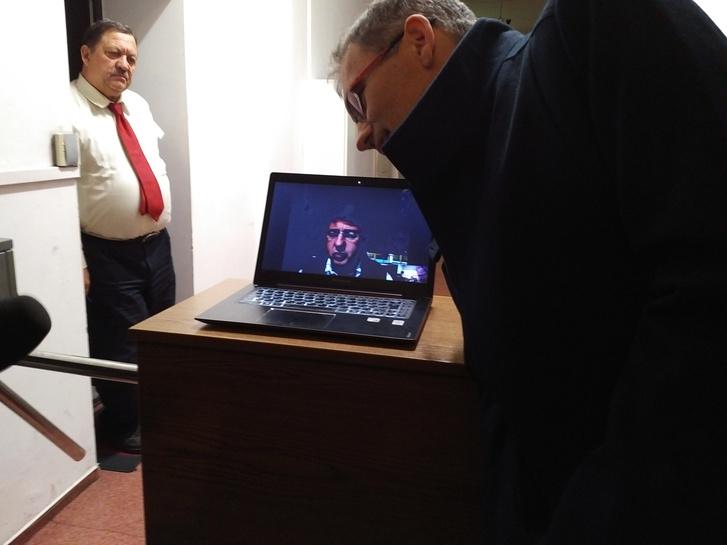 Michael McNutt, a rádió tulajdonosa Skype-on jelentkezett be.