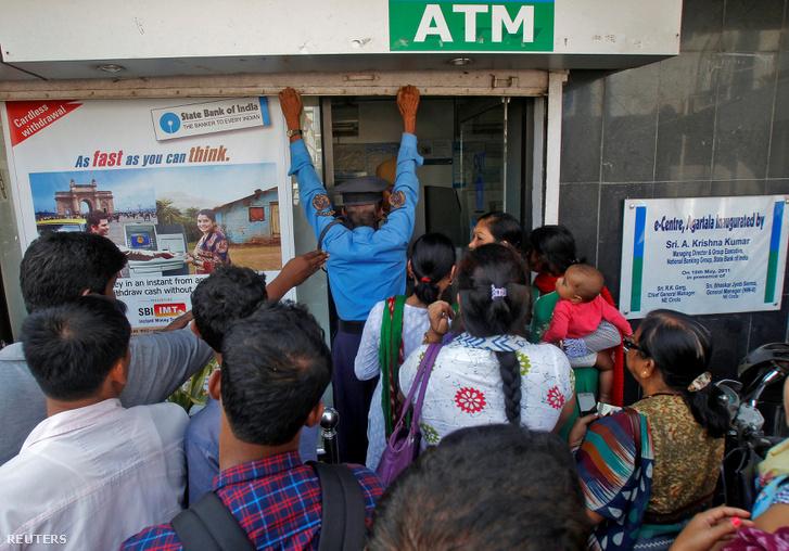 Biztonsági őr zárja be a State Bank of India egyik ATM automatáját Agartala városban, miután az kiürült