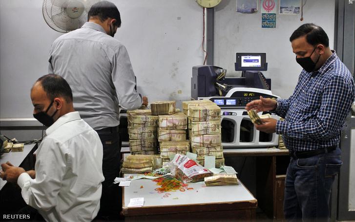 Banki alkalmazottak számolják a bevont 500 rúpiás bankjegyeket egy bankban, az indiai Jammuban