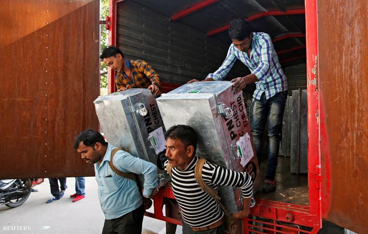 Új bankjegyeket szállítanak egy bankba az indiai Chandigarh városban