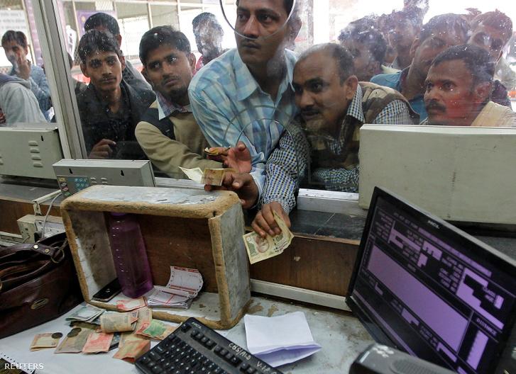 Utasok állnak sorban a kasszánál az allahbadi vasútállomáson. A közlekedésben is káoszt okozott a bankjegyek kivonása, az utasok nem tudtak mivel fizetni a jegyekért